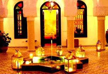 Riad Adriana Situado cerca del exclusivo barrio de Bab Doukkala, a pocos pasos de la famosa plaza Jemaa el Fna y del zoco.