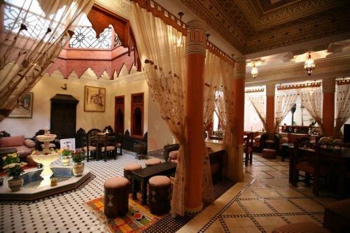Riad El Wiam Riad muy bien situado que destaca por su decoración y la amabilidad de sus dueños. Cuenta con 5 habitaciones.